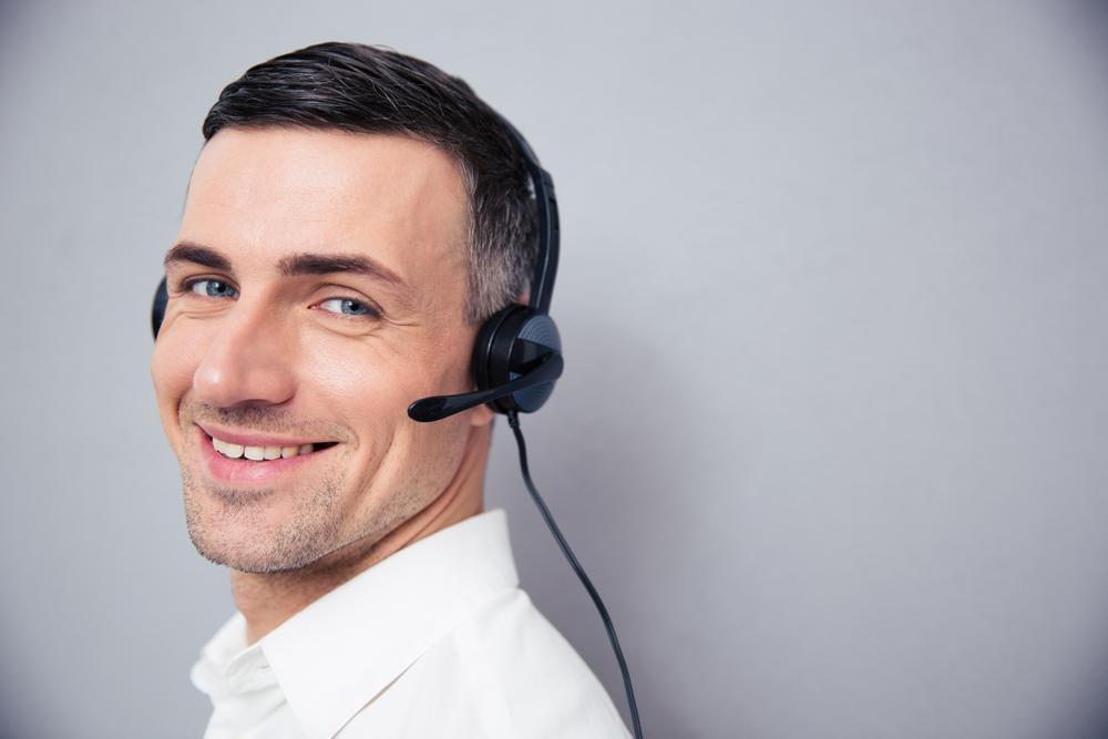Telemeeting - prowadzenie telekonferencji - uśmiechnięty biznesmen