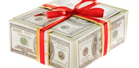 Świąteczne pożyczki jako prezent - banknoty przewiązane wstążką