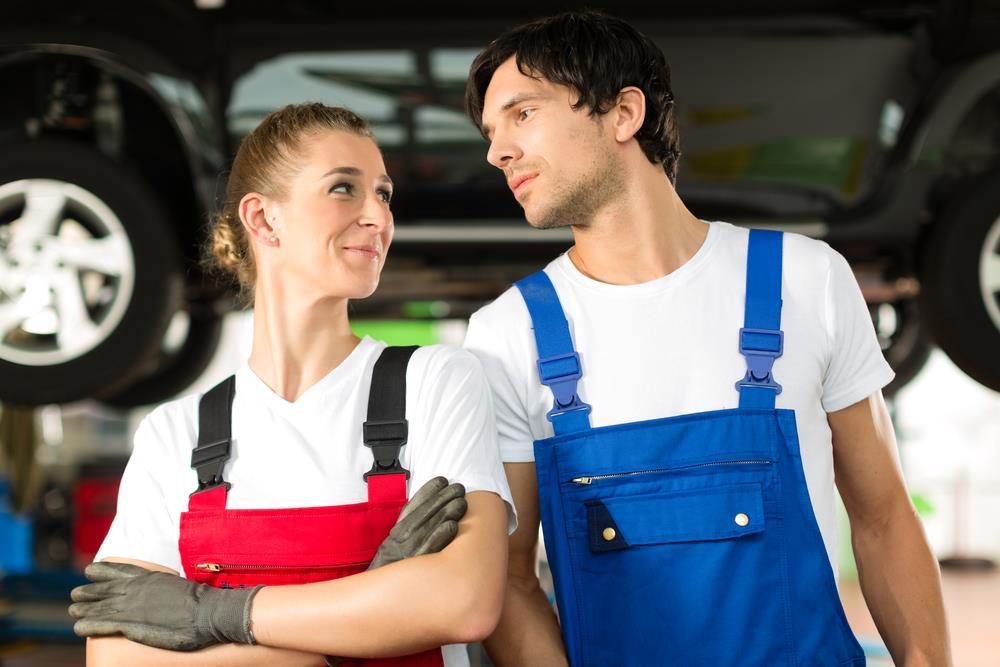 pracownicy warsztatu samochodowego